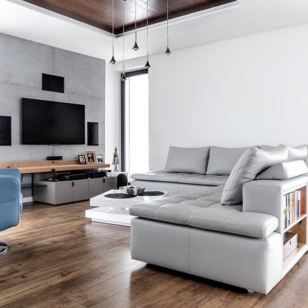 projektowanie wnętrz salonu z drewnianymi sufitami